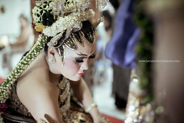 foto prosesi panggih, pengantin perempuan membasuh kaki pengantin laki laki sebelum melangkah menuju pelaminan