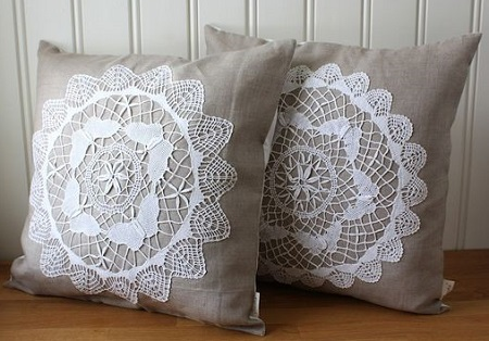 Decoração com almofadas quadrada com aplique de crochê