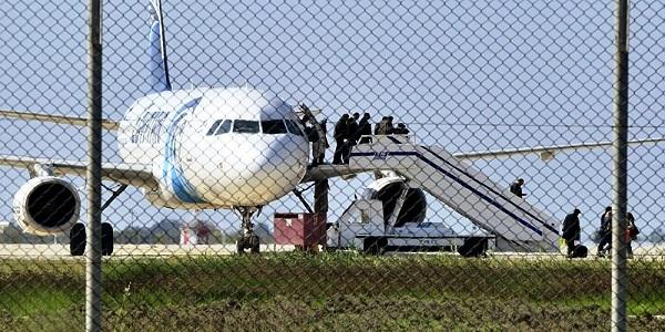 بالصور والفيديو الطائرة المخطوفة تفضح قناة الجزيرة القطرية