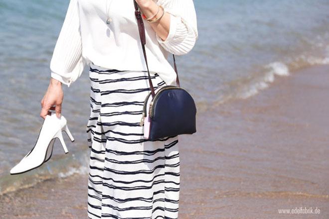 dunkelblaue Tasche von Zara, weiße Pumps