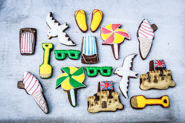 Contents of the biscuiteers beside the seaside tin
