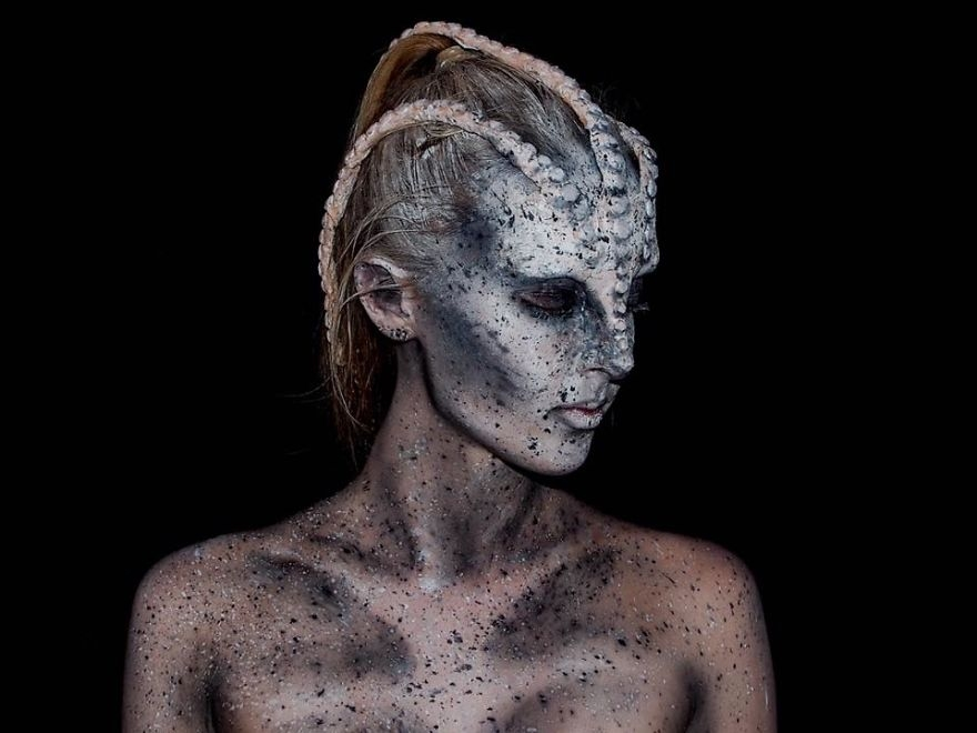 02-Lara-Wirth-Armageddon-Painted-Turning-into-Monsters-with-Body-Painting-www-designstack-co