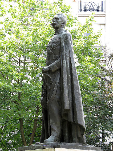 Monument to Maréchal Hubert Lyautey by François Cogné, place Denys-Cochin, Paris