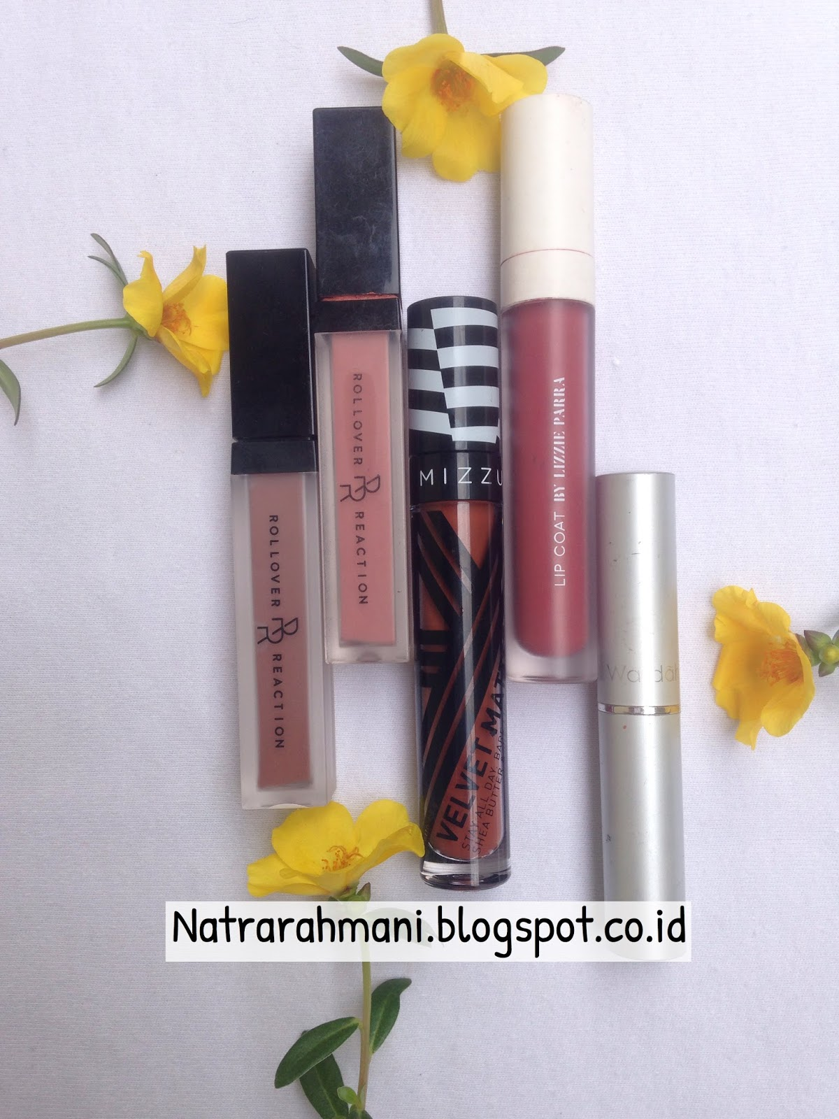 Dari Judulnya post ini sebenarnya 5 lipstick tapi satu lipstick lagi ternyata kelupaan masuk di poto Oh maafkan mamak yang pelupa ini