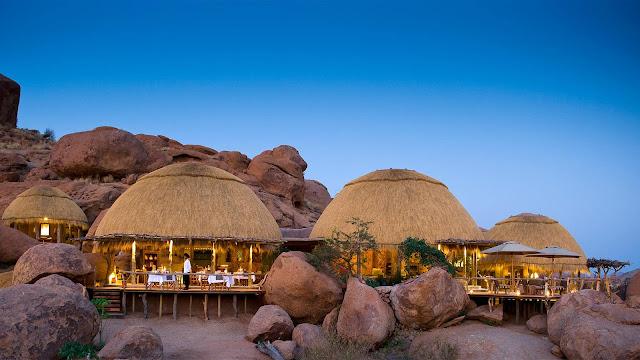 """Nếu muốn trải nghiệm đặc biệt hơn thì Namib Dune Star Camp là sự lựa chọn đầy thú vị. Chín căn nhà bằng năng lượng mặt trời đượng xây trên những cồn cát khác nhau và được trang bị những chiếc giường cỡ queen gắn bánh xe bên dưới. Mỗi tối bạn sẽ dễ dàng """"lăn"""" giường ra ban công và nhìn ngắm trời đêm nghìn sao nổi tiếng ở Namibia hoặc có thể đánh một giấc no nê trong cái chăn """"sao"""" lấp lánh ấy và tiếng ru của gió thổi xốc vào cồn cát."""