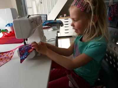4 jarige achter Janome mini sew