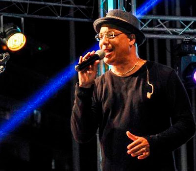 Foto de Isaac Delgado cantando en el escenario