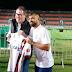 Diego, do Flamengo, presenteia Rafael Henzel com a camisa autografada do clube