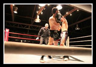 Αν και σ' αυτόν τον τομέα η Ελλάδα βρίσκεται αρκετά πίσω σε σχέση με άλλες χώρες, η Πανελλήνια Ομοσπονδία Kick Boxing διοργανώνει διασυλλογικά πρωταθλήματα, Κύπελλο και Πρωτάθλημα Ελλάδος και από αυτά συντίθεται η Εθνική Ομάδα που λαμβάνει μέρος σε πανευρωπαϊκά και παγκόσμια πρωταθλήματα.