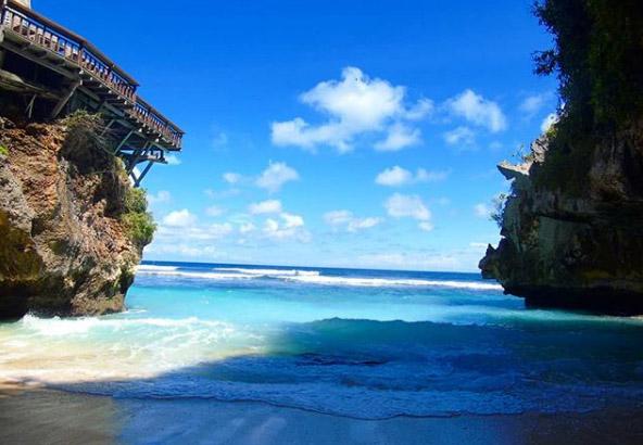 Wisata Pantai Suluban Di Ulu Watu Bali