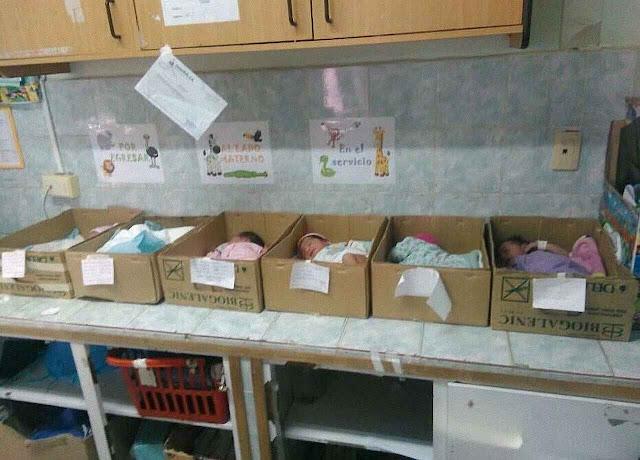 Recém-nascidos em caixas de papelão no hospital de Barcelona, estado Anzoátegui.