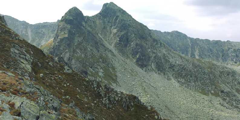 Vârfuri de munți din lanțul Retezat.