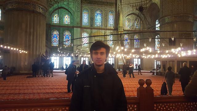 Harun İstenci İstanbul'da Sultanahmet Camii'nin içinde...