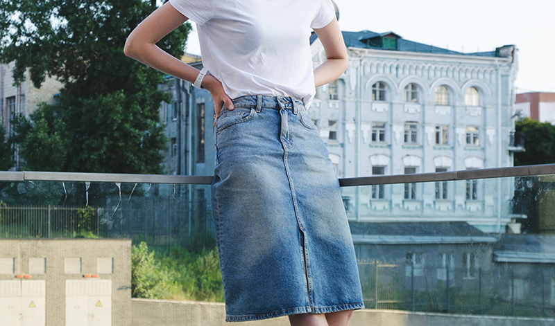С чем носить джинсовую юбку: с белой футболкой, бархатной майкой
