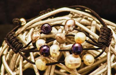 Pulsera línea de perlas irregulares blancas y grises. Joyería Artesanal Personalizada