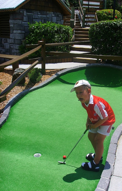 Unser Sohn beim Minigolf bei Smugglers Golf!