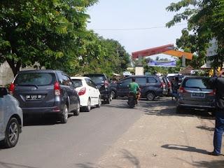 Tidak Adil, Angkutan Travel Tutup Badan Jalan Menuju Pelabuhan Bangsal