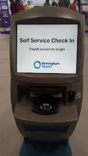空港にあるチェックイン機械の写真