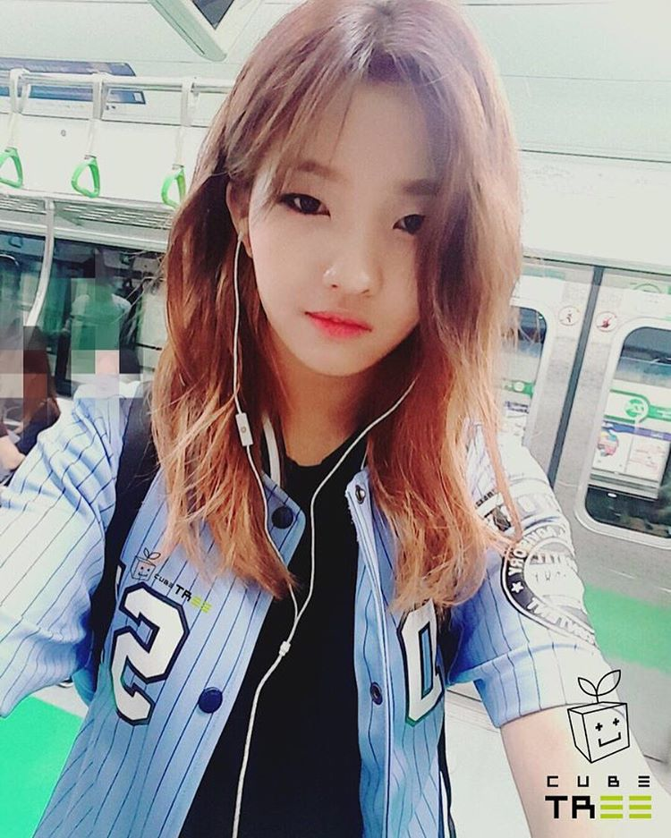 jeon soyeon updates her whereabouts by posting a picture on