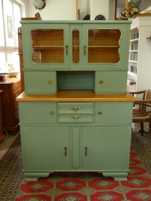 Antike Möbel: 50er Jahre Küchenschrank mit Kreidefarbe im Farbton