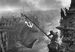 La bandera comunista sobre el Reichstag de Berlín