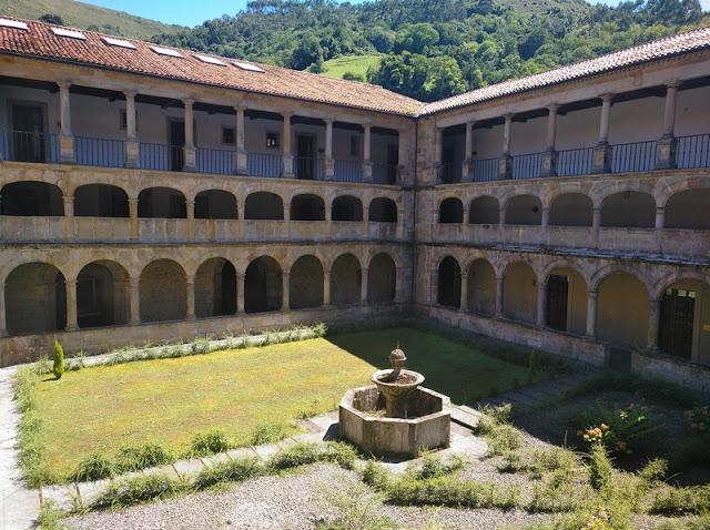 Claustro del Monasterior de Valdedios en Villaviciosa (Asturias-España)