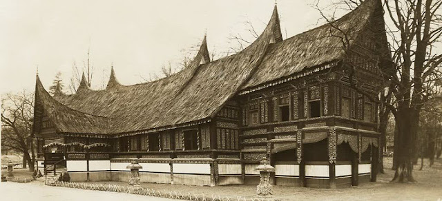 Gambaran Ruang Tengah Rumah Gadang Minangkabau