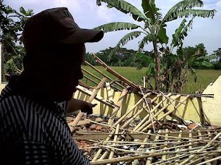 Akibat Diterjang Hujan Angin, Aula Kantor Desa Waluya Ambruk