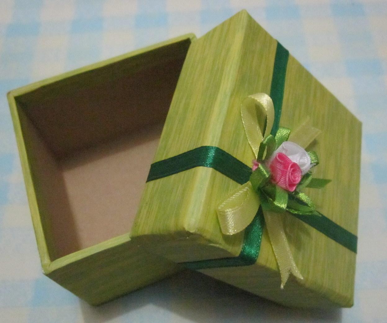 Cara Mudah Membuat Kotak Kado dari Karton Bekas  e7e24db568