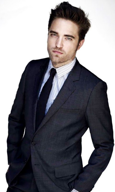 Foto de Robert Pattinson posando muy elegante