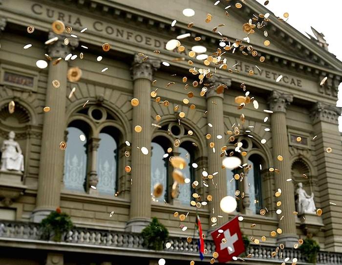 Moedas de ouro em frente à Câmara da Suíça