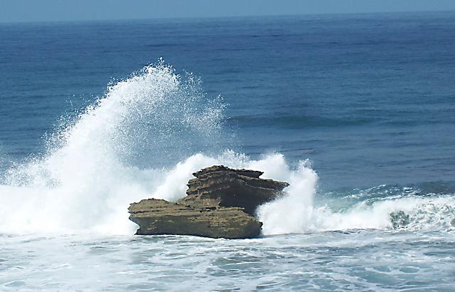 Batu karang menyerupai sirip ikan hiu asal usul nama Batu Hiu