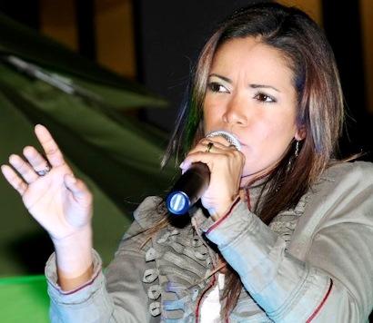 Foto de Wida López con su micrófono