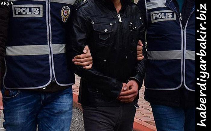 Diyarbakır Cumhuriyet Başsavcılığı tarafından yürütülen soruşturma kapsamında Kaçakçılık ve Organize Suçlarla Mücadele Şube Müdürlüğü ekiplerince yapılan operasyonda aralarında Silvan ilçe Emniyet Müdürü Ö.Ö.'nünde bulunduğu 5'i polis toplam 8 kişi gözaltına alındı.