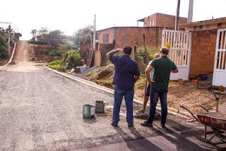 Prefeito acompanha obras de pavimentação no São Conrado, Caiçara II e Vila São Francisco