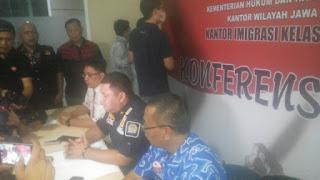 Dianggap Melanggar Ijin Tinggal 3 WNA Diamankan Imigrasi Di Pabrik Pakan Ternak Di Cirebon.