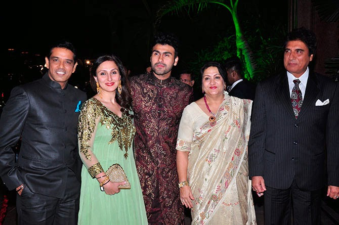 Raj Babbar along with wife Nadira, son Arya, daughter Juhi and her husband Anup Soni, Pics from Arpita-Ayush's Wedding reception