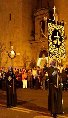 Estandarte de la cofradía Santo Cristo de la Bienaventuranza en el Vía Crucis del Sábado de Pasión. Foto G. Márquez.