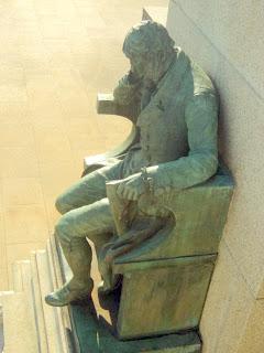 Monumento à Independência do Brasil, São Paulo - Vista Lateral do Homem Sentado