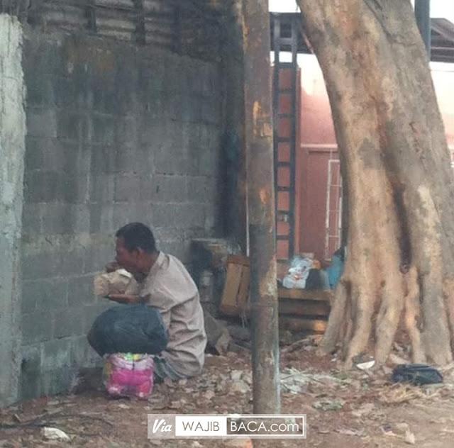 Bikin Hati Terenyuh, Pria Makan ditepi Jalan Ini Sampai Jilati Bungkus Nasi