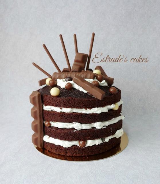 tarta desnuda de chocolate y nata con muchas chocolatinas 1