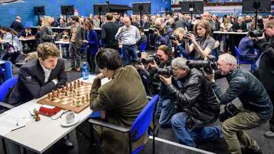 Ronde 1 du Tata Steel Chess : une nuée de photographes s'agglutine pour capter la première image du champion du monde d'échecs Magnus Carlsen - Photo © site officiel
