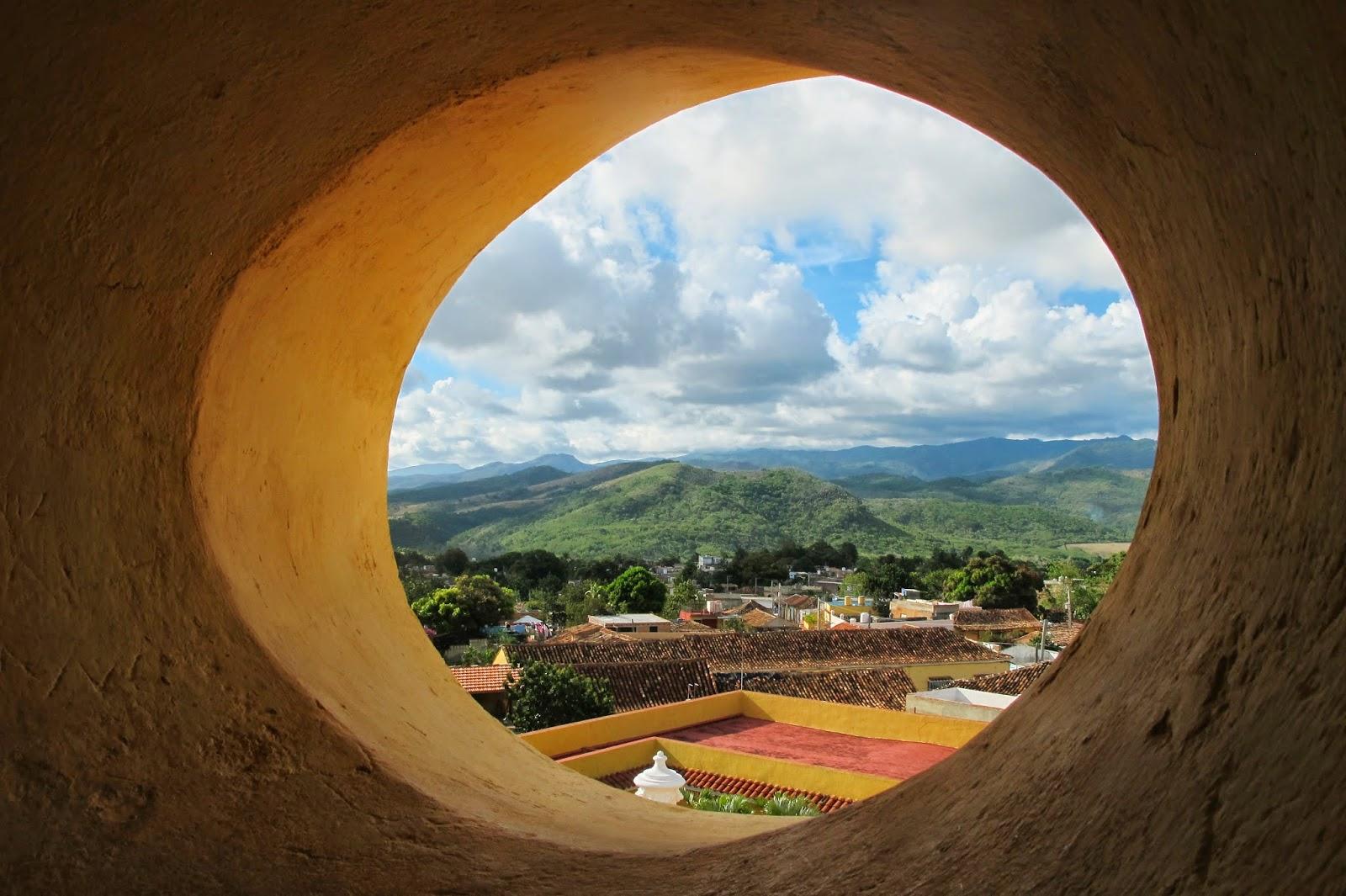 Sierra del Escambray vista do campanário do antigo mosteiro, Centro histórico de Trinidad, em Cuba.