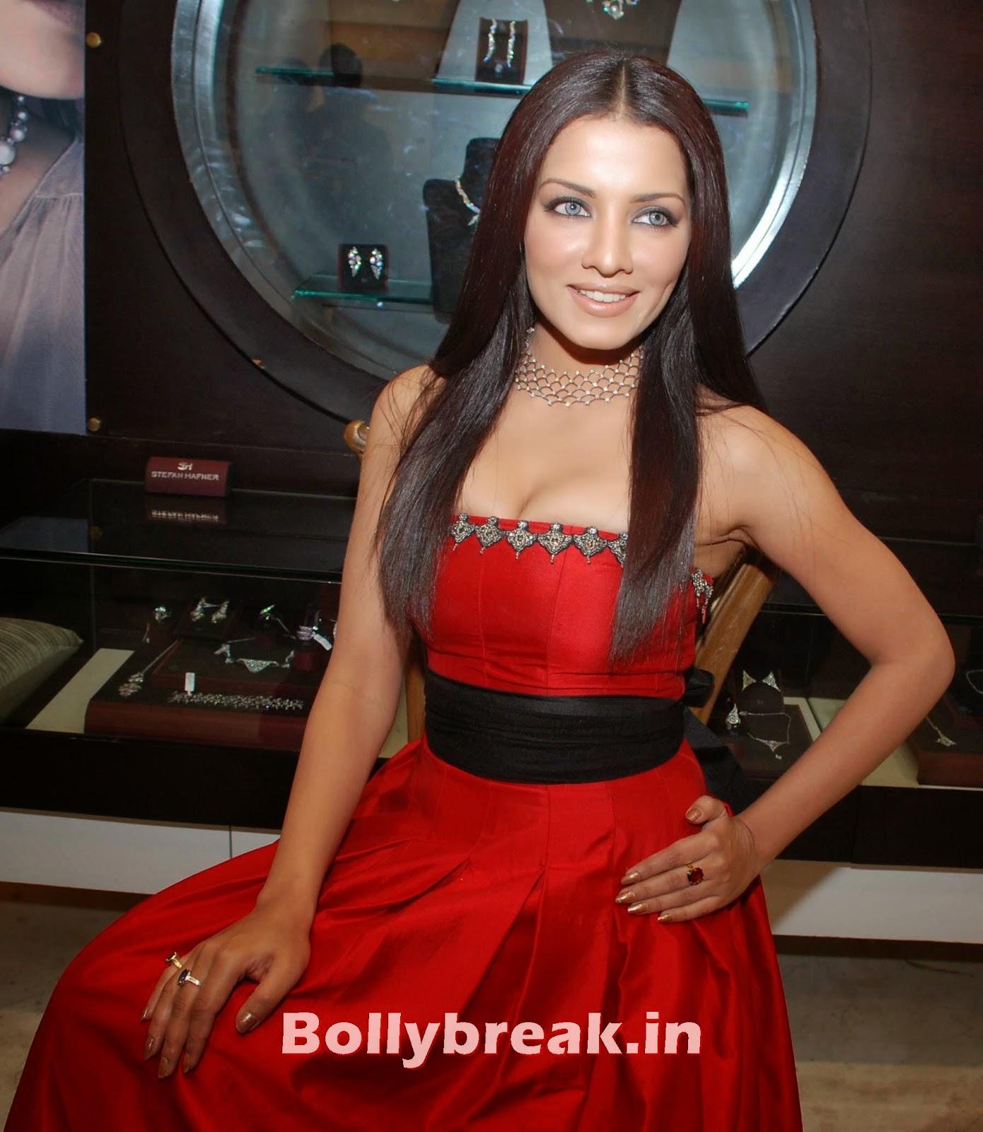 Celina Jaitley At Giatti Jewellery Store In Mumbai - 8 Pics-5491