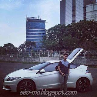 Foto Eza Gionino dengan Mobil Keren