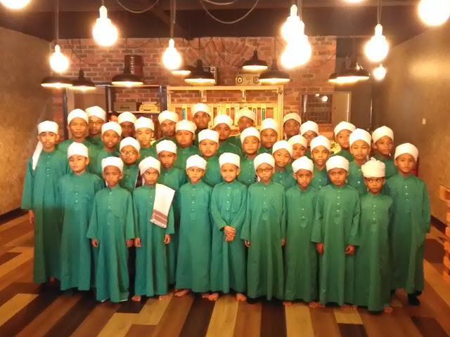 Anak-anak tahfiz yang dijemput khas sempena pembukaan butik wangian AJ De' Parfum