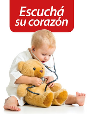un bebé con estetoscopia escucha el corazón de un oso de peluche