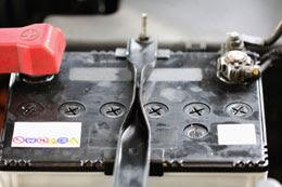 Quelles sont les causes d'une batterie de voiture morte?