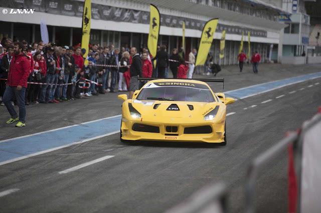 Ferrari 488 Challenge Auto von vorne im Fahrerlager mit Publikum im Hintergrund