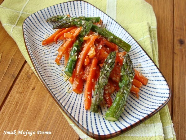Szparagi z marchewką i sezamem, podsmażane na patelni